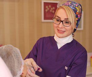درمان تیرگی دور چشم: تزریق فیلر یا جراحی؟